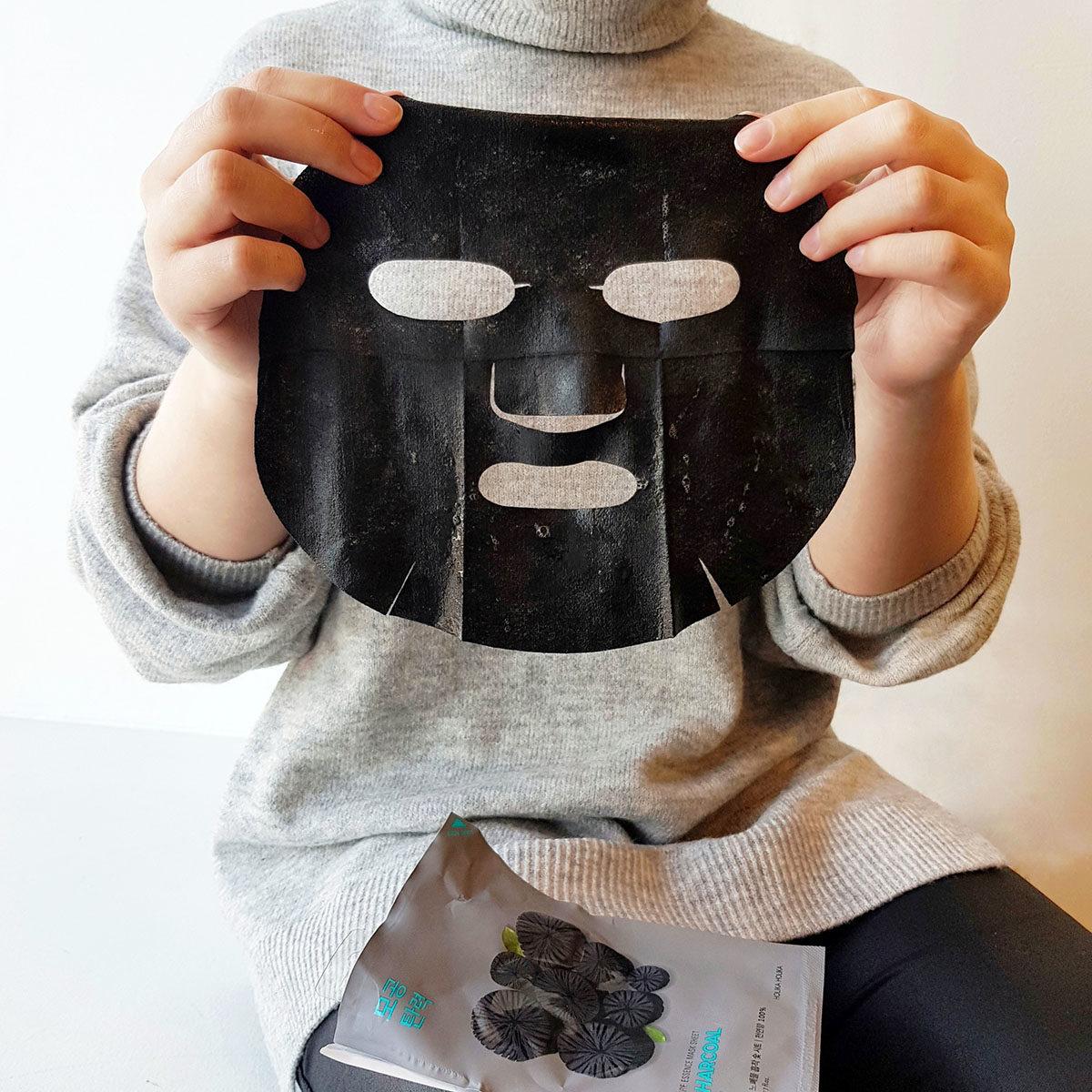 Holika-Holika-Pure-Essence-Mask-Charcoal-2.jpg